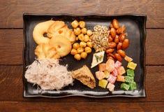 Orientaliska sötsaker på plattan Royaltyfri Fotografi