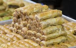 Orientaliska sötsaker som bakas på marknadsnärbilden royaltyfri foto