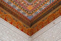Orientaliskt dekorativt tak i Bahia Palace, Marrakech Arkivbilder