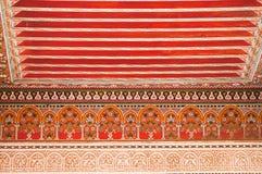 Orientaliskt dekorativt tak i Bahia Palace, Marrakech arkivbild