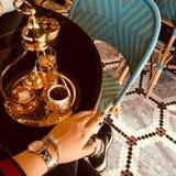Orientaliskt kaffe Dricka för kaffe och en ung flicka Royaltyfria Bilder