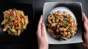 Orientaliskt mål för grönsak för restaurangportionhöna royaltyfria bilder