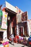 Orientaliskt mattlager i souksna av Marrakesh royaltyfri fotografi