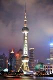 orientaliskt pärlemorfärg shanghai för stadsnatt torn Royaltyfri Bild