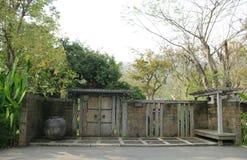 Orientalna brama, stara drewniana brama Zdjęcia Royalty Free