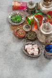 Orientalna herbata z ziele pikantność Język arabski rozdaje dekoracje Obrazy Royalty Free