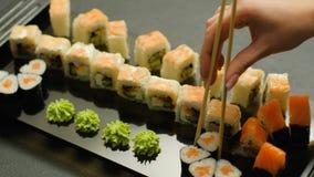 Orientalna restauracyjna posiłku rozkazu suszi ręka - podnosi up zbiory wideo
