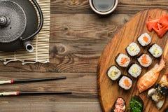 Orientalna tradycyjna kuchnia z rolkami, suszi i gunkan, Fotografia Stock