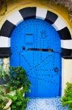 Orientalnego projekta błękitny drzwi z wzorem na glinianej ścianie Zdjęcie Stock