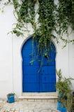 Orientalnego projekta błękitny drzwi z wzorem na glinianej ścianie Obraz Stock