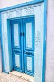 Orientalnego projekta dekoracyjny błękitny drzwi z wzorem na ścianie w Tunisia Zdjęcie Stock