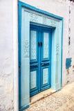 Orientalnego projekta dekoracyjny błękitny drzwi z wzorem na ścianie w Tunisia Zdjęcie Royalty Free
