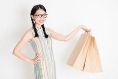 Orientalny żeński mienie robi zakupy papierową torbę Fotografia Royalty Free
