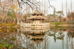 Orientalny antykwarski pawilon obok stawu Fotografia Stock