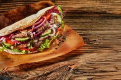 Orientalny doner kebab z flaked pieczonym mięsem Fotografia Stock