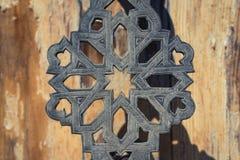 Orientalny drzwiowy szczegół - metal drzwiowej rękojeści zbliżenie Zdjęcie Stock