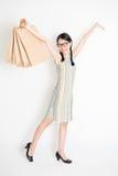 Orientalny dziewczyny mienie robi zakupy papierową torbę Obrazy Stock
