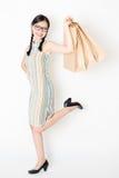 Orientalny kobiety mienie robi zakupy papierową torbę Fotografia Stock