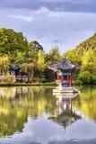 Orientalny pawilon odbijał w wodzie przy zmierzchem, Lijiang, Chiny Fotografia Stock