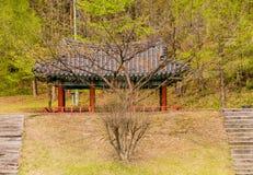 Orientalny pawilon w scenicznym obszarze zalesionym Obraz Stock