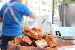 Orientalny Pieczonej wieprzowiny brzuch na drewnianej ciapanie desce Fotografia Stock