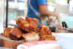 Orientalny Pieczonej wieprzowiny brzuch na drewnianej ciapanie desce Zdjęcia Royalty Free