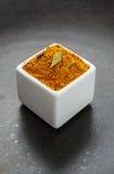 Orientalnych pikantność ziołowa mieszanka na ciemnym ceramicznym naczyniu Fotografia Royalty Free