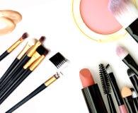 Orientation de produits de beauté et de Makeup Les outils pour le professionnel font une vue supérieure Sur un fond blanc images stock