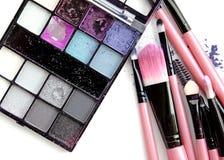 Orientation de produits de beauté et de Makeup Les outils pour le professionnel font une vue supérieure Sur un fond blanc photos stock