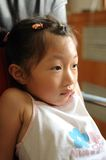 Orientation sur la fille regardant la TV Photo libre de droits