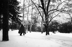 Oriente Medio o el refugiado africano está caminando a través de bosque nevoso en la ruta balcánica Imagen de archivo libre de regalías