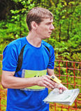 orienteering运动员起始时间的竞争 免版税库存照片