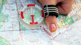 orienteering Boussole et carte topographique L'athlète utilise l'équipement de navigation pour la course d'orientation Le concept photo libre de droits