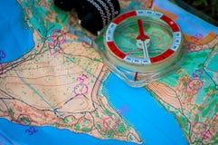 orienteering Boussole et carte topographique ?quipement de navigation pour la course d'orientation Le concept photographie stock