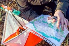 orienteering Compás, mapa, prisma del punto de control y composter para orienteering El atleta utiliza el equipo de la navegación Imágenes de archivo libres de regalías