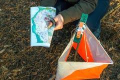 orienteering Compás, mapa, prisma del punto de control y composter para orienteering en el bosque en agujas caidas del otoño Imagen de archivo libre de regalías