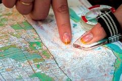 orienteering Compás y mapa topográfico El atleta utiliza el equipo de la navegación para orienteering El concepto Fotografía de archivo