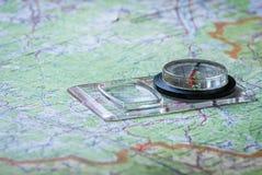 Orienteering con el mapa y el compás imágenes de archivo libres de regalías