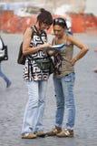 Orienteering dei turisti delle donne con la mappa Immagine Stock