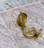 Orienteering: Kompaß auf Karten Stockbild