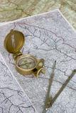 Orienteering: Kompaß auf Karten Lizenzfreies Stockfoto