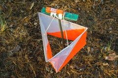 orienteering Prisma e composter do ponto de controle para orienteering na floresta do outono o conceito fotografia de stock