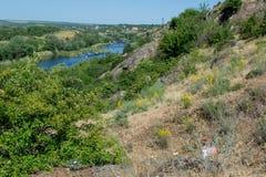 orienteering Prisma y composter del punto de control Paisaje El río Costa rocosa Fotografía de archivo