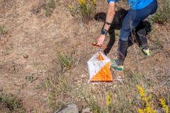 orienteering Prisma y composter del punto de control para orienteering El atleta marca el paso del punto de control Fotos de archivo
