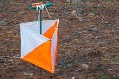 orienteering Prisma y composter del punto de control para orienteering en el bosque del otoño el concepto Imágenes de archivo libres de regalías