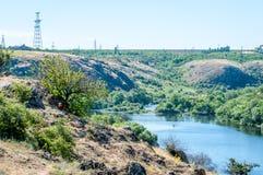 orienteering Prisma y composter del punto de control para orienteering Paisaje con un río y orillas rocosas Imagen de archivo libre de regalías