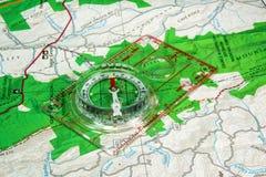 Orienteeringskompas en Kaart Stock Foto's