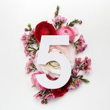 Orientering med färgrika blommor, sidor och nummer fem Lekmanna- lägenhet Top beskådar Arkivfoto
