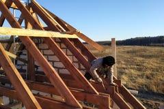 Orientering och installation av taktaksparrar på ett nytt kommersiellt projekt för bostads- konstruktion, genom att inrama levera arkivfoto