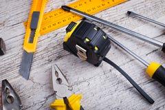 Orienteringen av, roulett, hammare, skruvmejslar, plattång, linjal, kniv ovanför sikt fotografering för bildbyråer